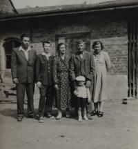 Rodina Bábkových - druhý zleva pamětník Josef Bábek, druhý zprava otec pamětníka Rostislav Bábek.
