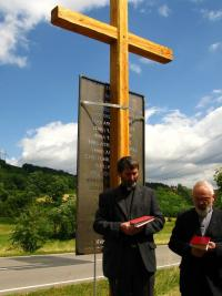"""Svěcení kříže obětem masakru """"U zabitého"""""""