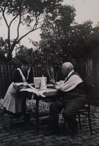 Eva Roubínková, roz. Rozlivková, s dědečkem v roce 1929