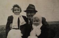 Jarmila a Eva s tatínkem Břetislavem Roubínkem