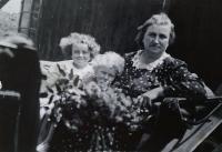 Jarmila a Eva s babičkou Annou Rozlivkovou