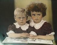 Jarmila se sestrou Evou v roce 1943