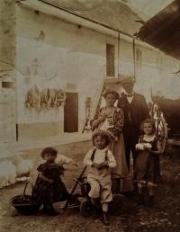 Břetislav Roubínek s rodinou na rodném statku čp. 15