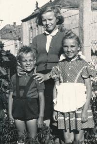 Béla Szaló se sestrou a kamarádkou, rok 1958, Nové Zámky