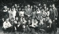 Pamětník (klečí 1. zleva) na snímku z prvního ročníku na gymnáziu