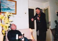 Rok 2008, při oslavě narozenin otce pamětníka