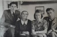 Bedřich s matkou, sestrou Elfridou a švagrem Herbertem. Drážďany 1948.