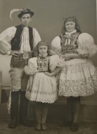 Sestra Elfrida s rodinou na návštěvě ve Vracově.