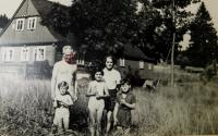 Prarodiče Josef a Božena Kasparidesovi s vnoučaty Ludmilou, Radslavem a Simonou