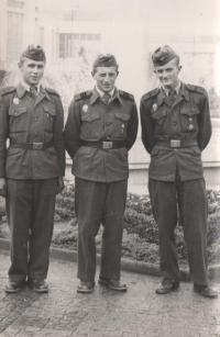 Eduard Kraus na vojně jako velitel obrněného transportu, zleva řidič M. Benda, zprava kulometník A. Havel, Olomouc, 1956