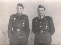 Eduard Kraus na vojně s kamarádem Vladislavem Křiváčkem, Olomouc, 1956