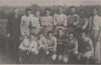 Fotbalové mužstvo Nepomyšl, Eduard Kraus ve spodní řadě druhý zleva, 1955