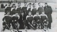 Hokejové mužstvo Pedagogického gymnázia KV, zimní stadion KV, Eduard Kraus dole vlevo, 1953