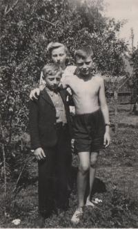 Eduard Kraus s dětmi ze sousedství, Drahoňův Újezd, květen 1945