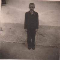 Eduard Kraus před rodným domem č. 27 v Drahoňově Újezdu, květen 1945