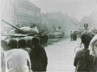 Tanky projíždějící přes náměstí ve Frýdlantu v Čechách, 21. srpna 1968