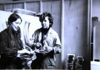 Helena s Jaroslavou Krejčovou při práci v továrně na umělecký nábytek, Florencie, 1969-70