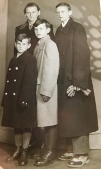Josef Hocz s bratry a matkou v Jeseníku