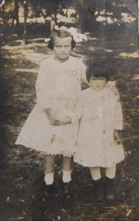 Matka Anna Kováčová (Hoczová) se svou sestrou Eliškou někdy kolem roku 1920 v obci Gerendás v Maďarsku