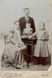 rodina prarodičů Vrátných - napravo matka