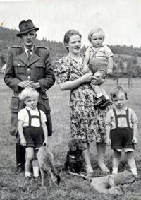 Rodina Huberta Babora v roce 1947
