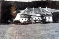Zámeček Debrník, kde od roku 1948 sídlila Pohraniční stráž. Na podzim r. 1989 byl zcela zničen