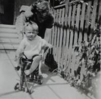Vlastimil Venclík s maminkou - rok 1944
