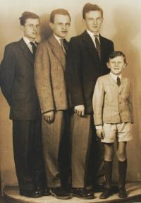 Vlastimil Venclík s bratry - rok 1952