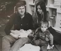 Vlastimil Venclík s rodinou - syn Filip a dcera Anna - v roce 1977