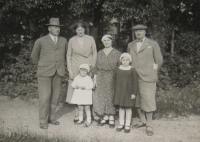 Rodina Tobyášových (1934), parents on left
