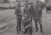 Jan Hrad na záběru z filmování v Mostě - natáčení válečných scén (okolo r. 1980)