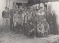 Z práce u pozemních staveb ve Třemošné, když stavěli bytovky pro Rusy - Jan Hrad je v druhé řadě, čtvrtý zprava v košili