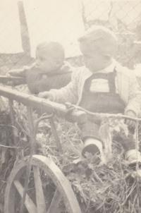 Malý Jan Hrad s bratrancem Pavlem z bratrovy strany