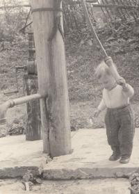 Malý Jan Hrad v Bílenicích u Sušice, v rodišti svého otce - měli tehdy jen pumpu