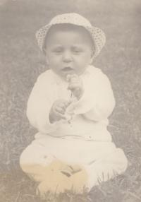 Jan Hrad jako malý chlapec - v Bílenicích u Sušice u dědečka na zahradě