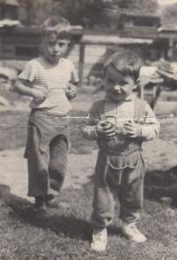 S bratrancem u dědečka na dvorku