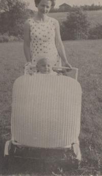 Jan Hrad jako malý chlapec v kočárku a jeho maminka