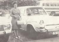 Maminka Jana Hrada u nového auta