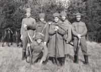 Z natáčení filmu Signum laudis, kde hráli ruské kozáky - uprostřed Jan Hrad