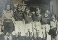 V roce 1938 (druhý z prava)