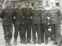 Na vojenském cvičení v roce 1956 (zcela vlevo)
