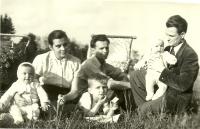 S maminkou a tatínkem na jaře roku 1956. Blanka Dospělová první zleva