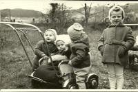 S kamarády ve Vítkově na podzim roku 1957. Blanka Dospělová v kočárku