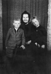 Vlasta Tkadlecová s bratrem Josefem a babičkou Marií Kolaříkovou / 1946