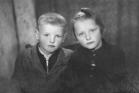 Vlasta Tkadlecová s bratrem Josefem / 1946