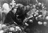 Pohřeb babičky Vlasty Tkadlecové Marie Kolaříkové / v popředí strýc Michal Kolařík / 1977