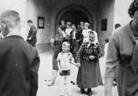 Vlastina babička Marie Kolaříková s jejím nejstarším synem Jaroslavem / kolem roku 1964