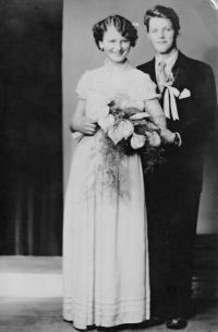 Vlasta Tkadlecová s bratrem Josefem u příležitosti její svatby / 1959