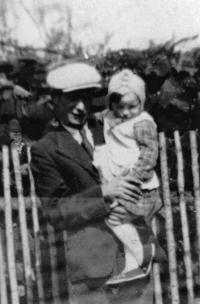 Vlasta Tkadlecová se svým otcem Josefem Kolaříkem / 1941
