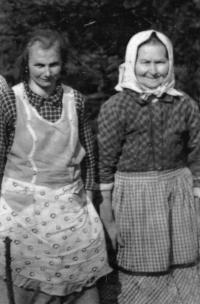 Vlasta Tkadlecová s babičkou / kolem roku 1960